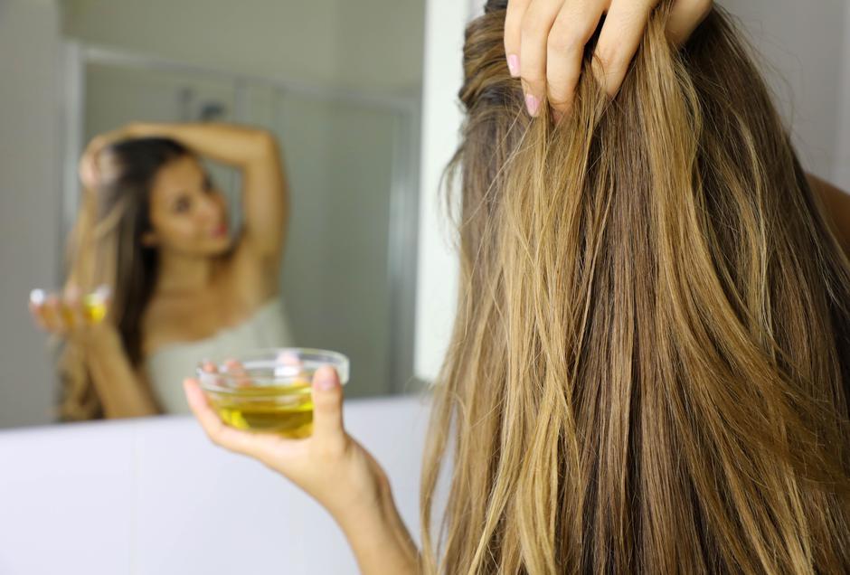 Tanka I Oslabljena Kosa Moze Se Oporaviti Treba Ti Ricinusovo Ulje A Ovo Je Postupak Miss7 24sata Hr
